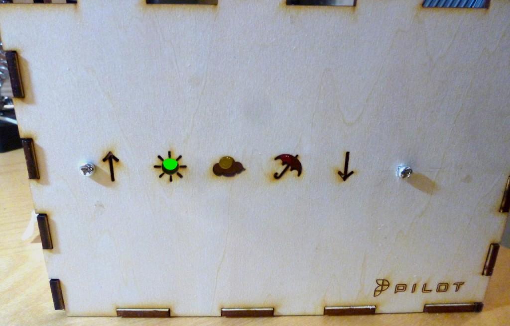 レーザーカッターで作った筐体。アイコンは絵文字です。↑☀︎☁︎☂↓