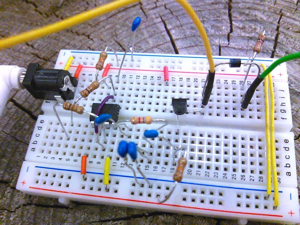 給電回路。ジャンパケーブルの先に1次側コイルを繋ぐ。